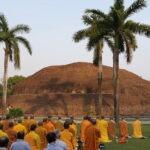 Monniken bij crematieplaats van de Boeddha in Kushinagar © Maarten Olthof