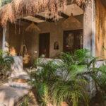 Zitje bij bungalow in Goa bij retraite met Maarten Olthof